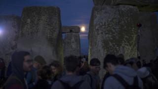 Γιόρτασαν το θερινό Ηλιοστάσιο και την εντυπωσιακή πανσέληνο στο Stonehenge