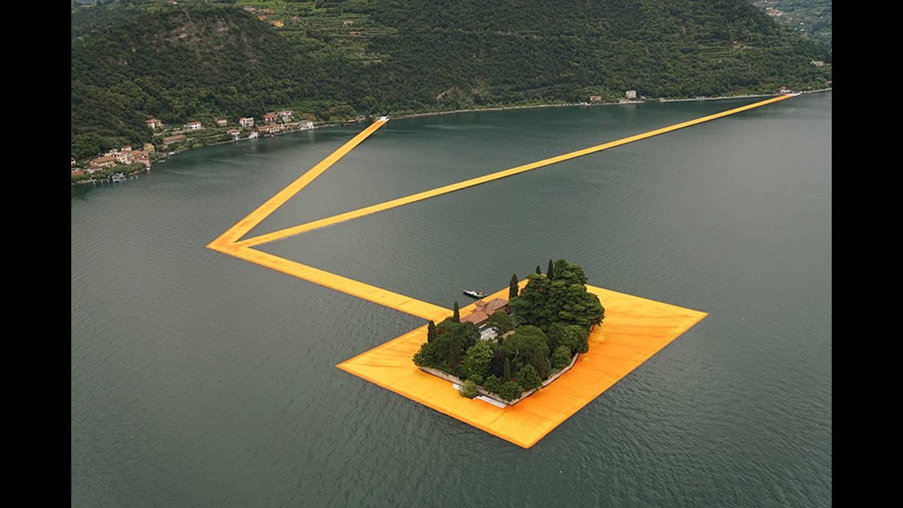 https://cdn.cnngreece.gr/media/news/2016/06/21/36493/photos/snapshot/christo-and-jeanne-claude-floating-piers-lake-iseo-italy-designboom-01.jpg