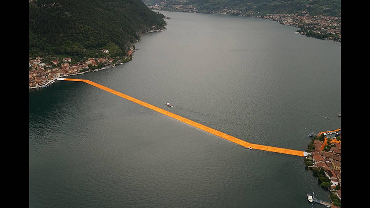 https://cdn.cnngreece.gr/media/news/2016/06/21/36493/photos/snapshot/christo-and-jeanne-claude-floating-piers-lake-iseo-italy-designboom-03.jpg