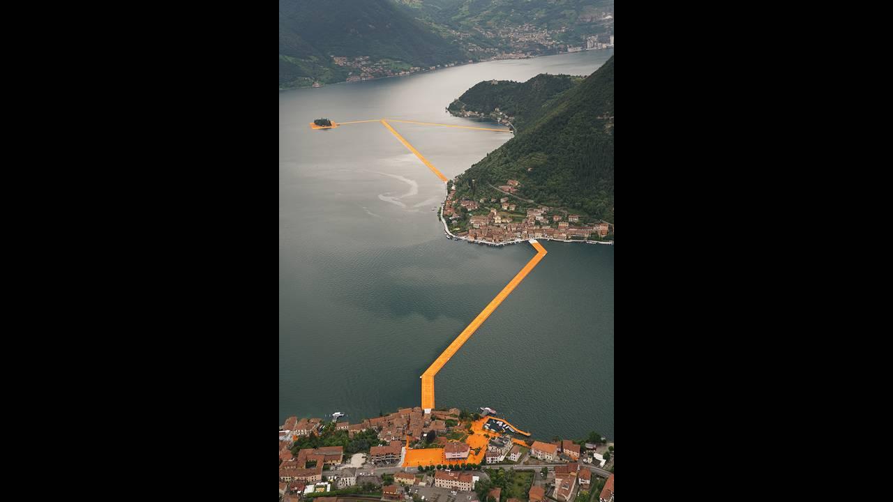 https://cdn.cnngreece.gr/media/news/2016/06/21/36493/photos/snapshot/christo-and-jeanne-claude-floating-piers-lake-iseo-italy-designboom-04.jpg