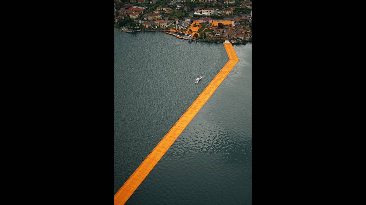 https://cdn.cnngreece.gr/media/news/2016/06/21/36493/photos/snapshot/christo-and-jeanne-claude-floating-piers-lake-iseo-italy-designboom-05.jpg