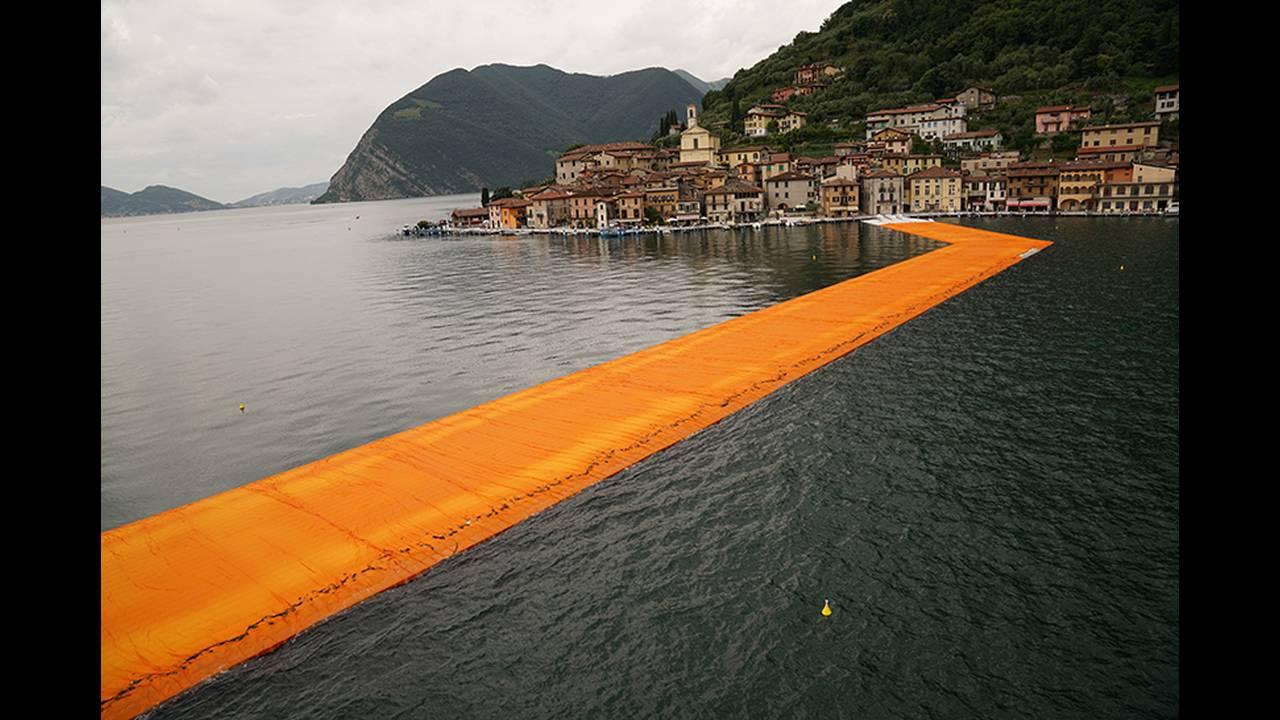 https://cdn.cnngreece.gr/media/news/2016/06/21/36493/photos/snapshot/christo-and-jeanne-claude-floating-piers-lake-iseo-italy-designboom-06.jpg
