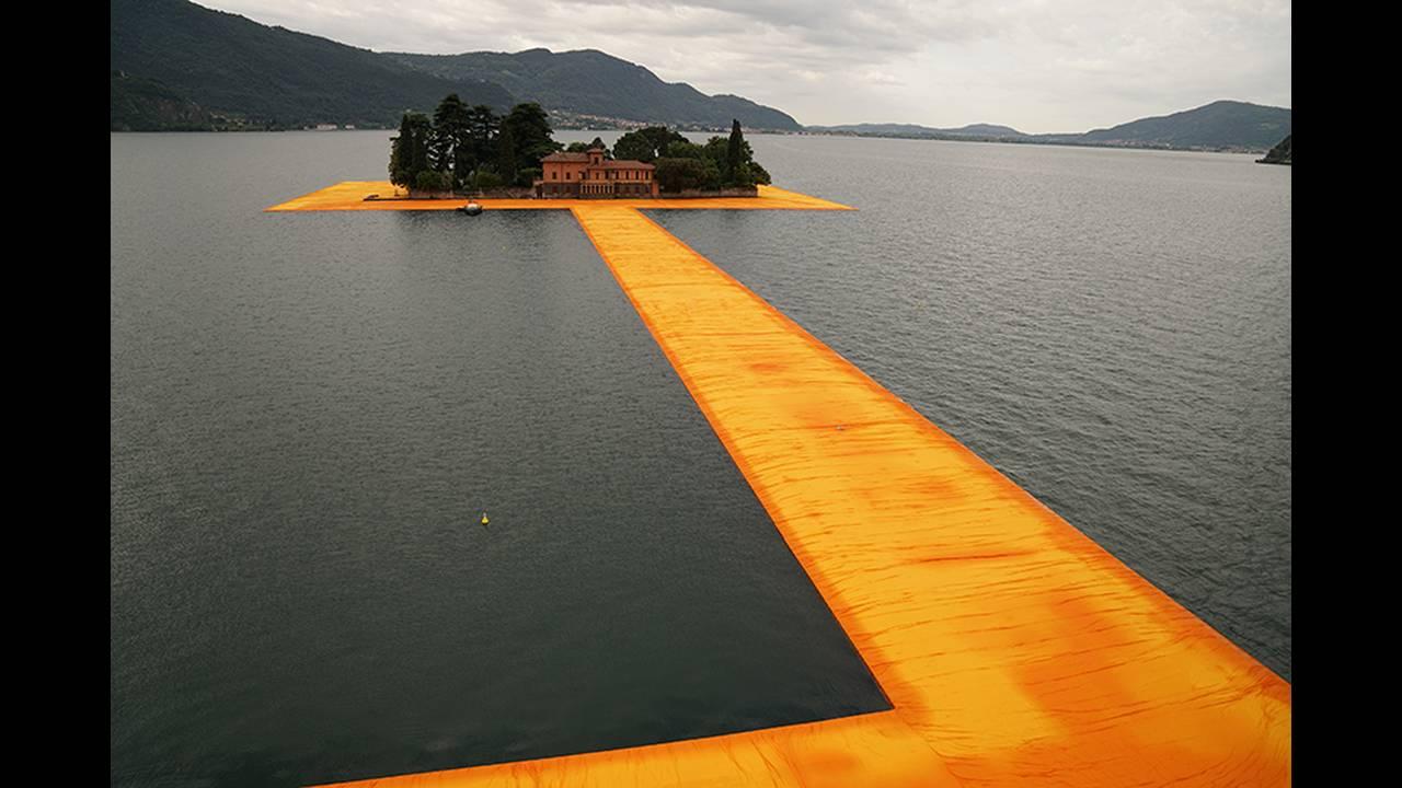 https://cdn.cnngreece.gr/media/news/2016/06/21/36493/photos/snapshot/christo-and-jeanne-claude-floating-piers-lake-iseo-italy-designboom-07.jpg