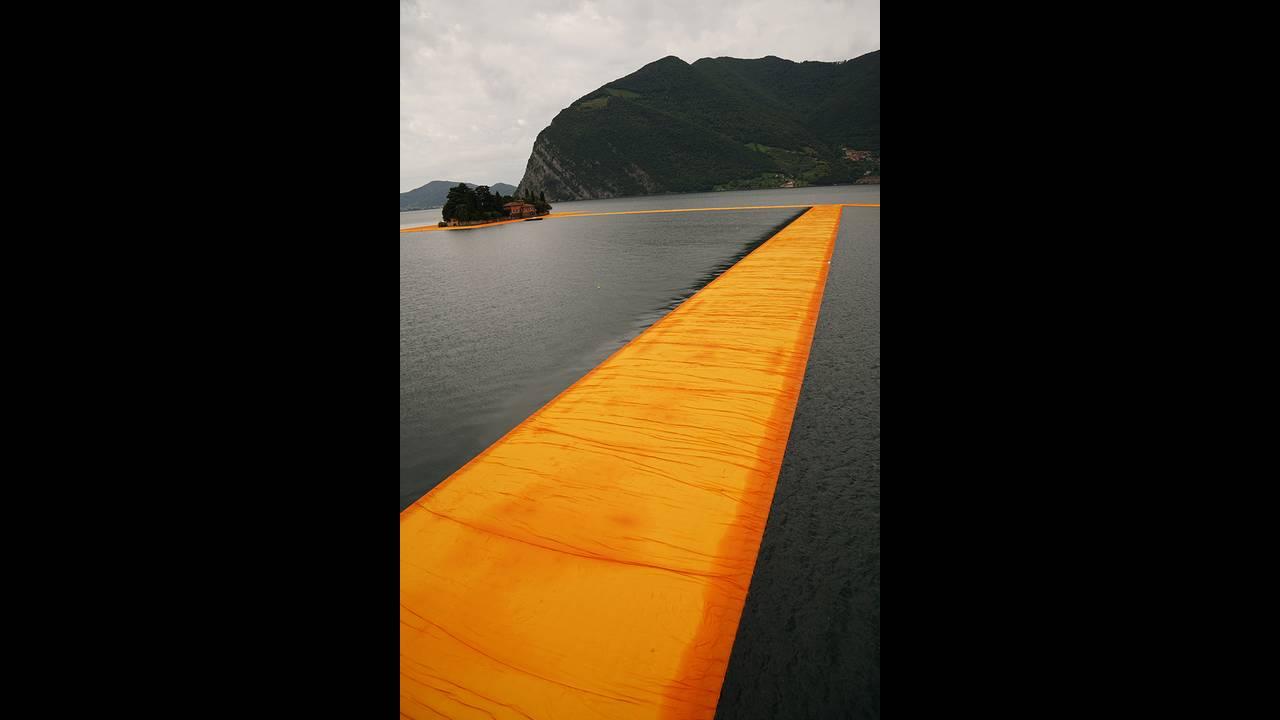https://cdn.cnngreece.gr/media/news/2016/06/21/36493/photos/snapshot/christo-and-jeanne-claude-floating-piers-lake-iseo-italy-designboom-08.jpg