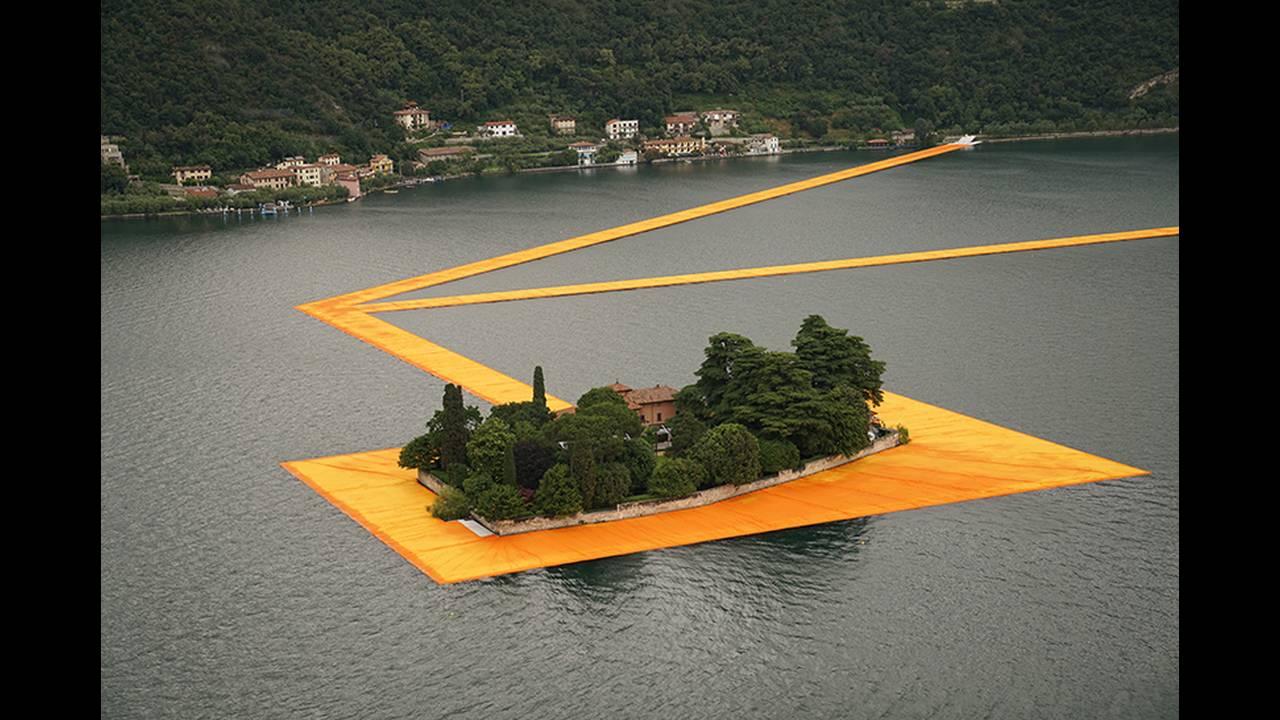 https://cdn.cnngreece.gr/media/news/2016/06/21/36493/photos/snapshot/christo-and-jeanne-claude-floating-piers-lake-iseo-italy-designboom-09.jpg