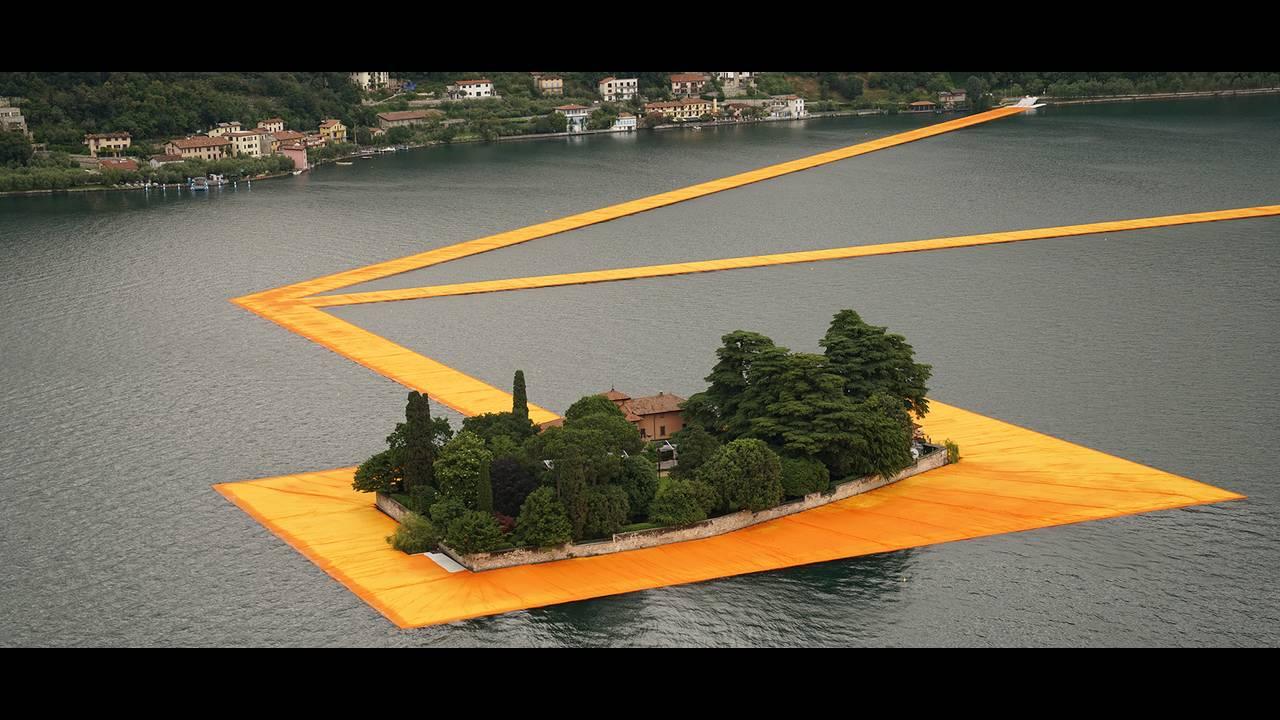 https://cdn.cnngreece.gr/media/news/2016/06/21/36493/photos/snapshot/christo-and-jeanne-claude-floating-piers-lake-iseo-italy-designboom-1800.jpg