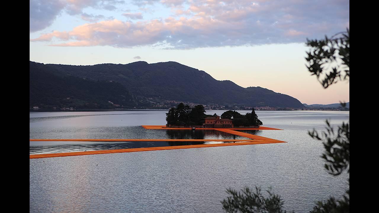 https://cdn.cnngreece.gr/media/news/2016/06/21/36493/photos/snapshot/christo-floating-piers-open-to-the-public-in-lake-iseo-italy-designboom-101.jpg
