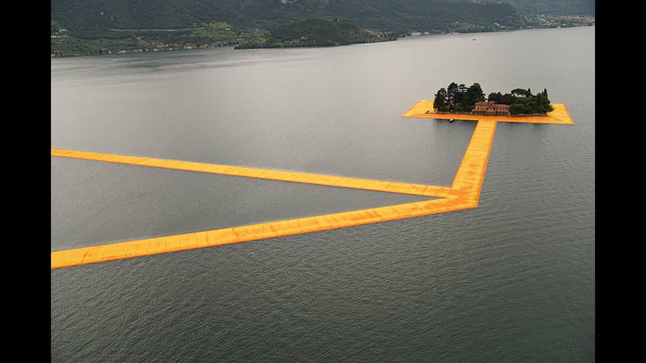 https://cdn.cnngreece.gr/media/news/2016/06/21/36493/photos/snapshot/christo-floating-piers-open-to-the-public-in-lake-iseo-italy-designboom-102.jpg