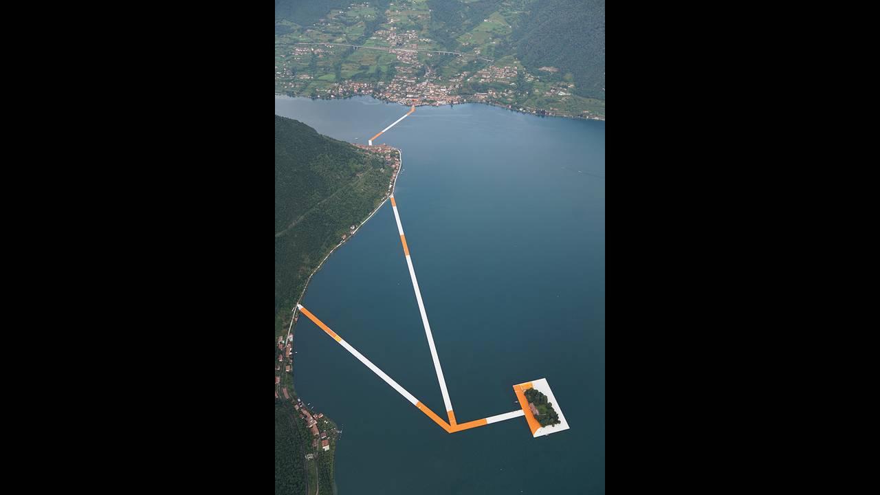 https://cdn.cnngreece.gr/media/news/2016/06/21/36493/photos/snapshot/christo-floating-piers-open-to-the-public-in-lake-iseo-italy-designboom-106.jpg