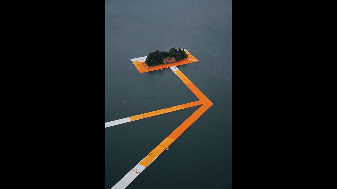 https://cdn.cnngreece.gr/media/news/2016/06/21/36493/photos/snapshot/christo-floating-piers-open-to-the-public-in-lake-iseo-italy-designboom-108.jpg
