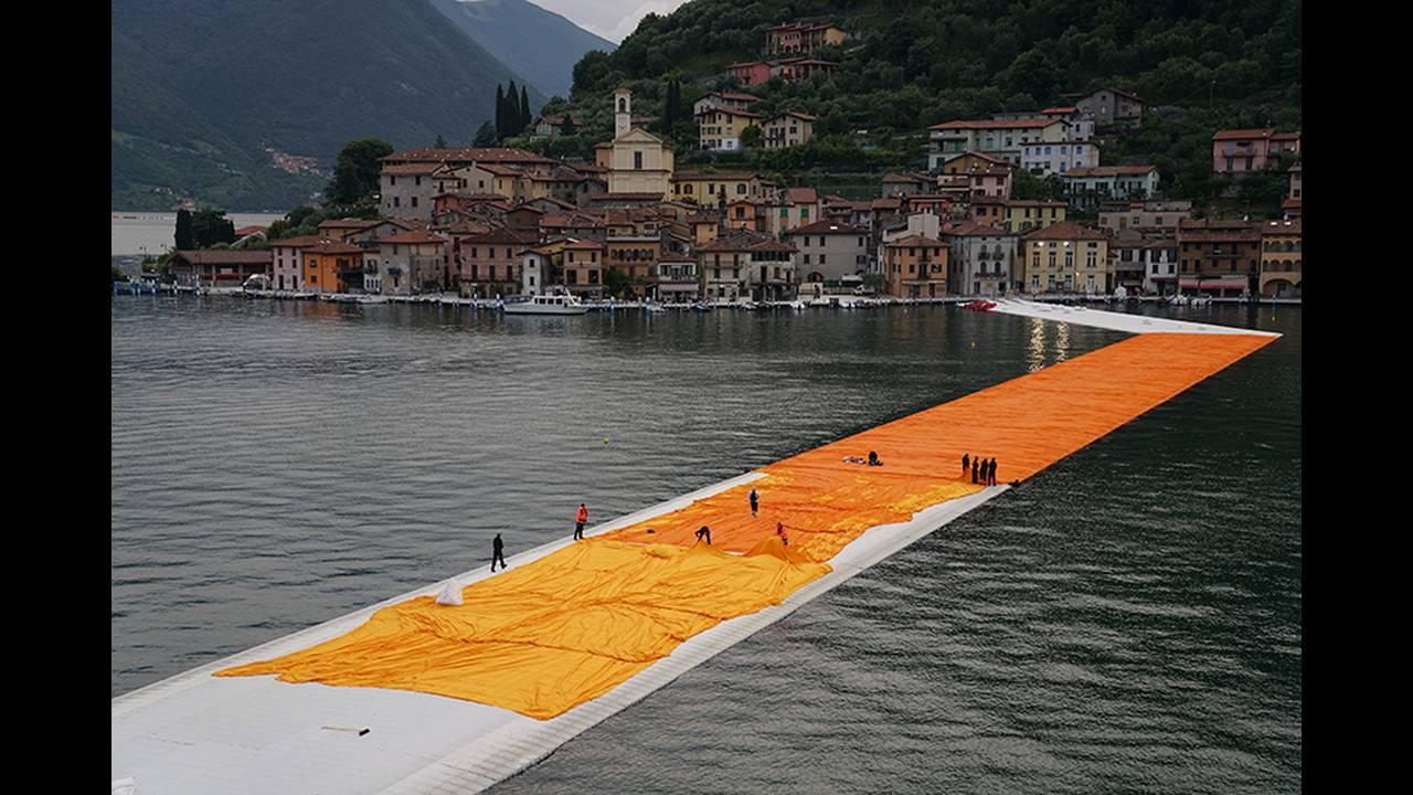 https://cdn.cnngreece.gr/media/news/2016/06/21/36493/photos/snapshot/christo-floating-piers-open-to-the-public-in-lake-iseo-italy-designboom-109.jpg
