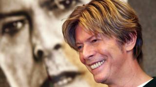 ΗΠΑ: Δημοπρατείται μια τούφα από τα μαλλιά του Ντέιβιντ Μπάουι