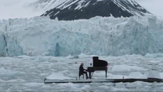 Πιανίστας, μόνος, παίζει στον Αρκτικό Ωκεανό