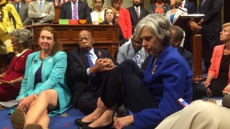 Καθιστική διαμαρτυρία βουλευτών στο Κογκρέσο για το θέμα της οπλοκατοχής