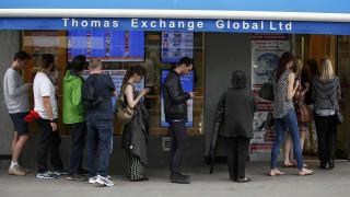 Ουρές στα γραφεία συναλλάγματος σχηματίζουν οι Βρετανοί ενόψει δημοψηφίσματος