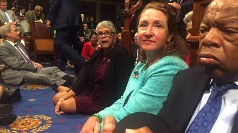 ΗΠΑ: Η Βουλή των Αντιπροσώπων αρνείται ψηφοφορία για την οπλοκατοχή