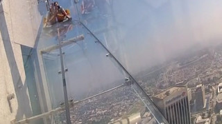 Μία γυάλινη τσουλήθρα σε ύψος 305 μέτρων μόνο για τολμηρούς