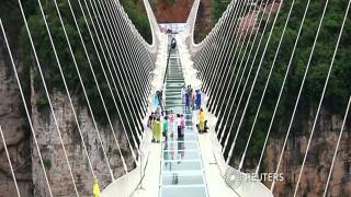 Ποιος τολμά να σπάσει μια γυάλινη γέφυρα όταν είναι πάνω σ' αυτήν;