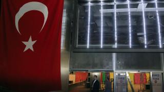 Φώτισαν κτίρια στα χρώματα της τουρκικής σημαίας