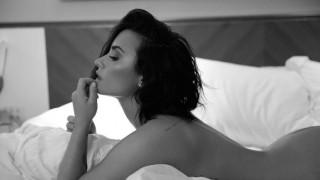Γυμνή στο κρεβάτι για να προωθήσει το τραγούδι της