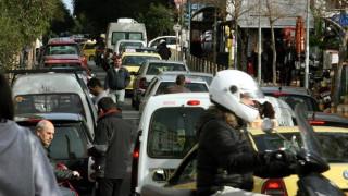 Ο Έλληνας οδηγός μιλά στο τηλέφωνο, βρίζει και τρέχει
