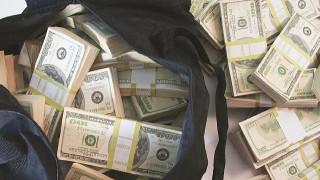 Ταξιτζής στη Βοστώνη βρίσκει τσάντα με 187.000 δολ. στο πίσω κάθισμα...