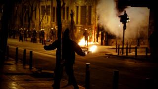 «Πεδίο μάχης» και πάλι τα Εξάρχεια -Τραυματίστηκαν αστυνομικοί
