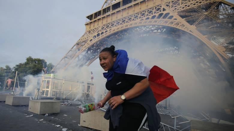 Euro 2016: Δακρυγόνα στην fan zone στον Πύργο του Άιφελ λίγο πριν τον τελικό