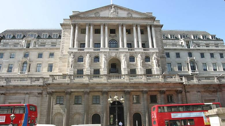 Προς μείωση των επιτοκίων οδεύει η Τράπεζα της Αγγλίας