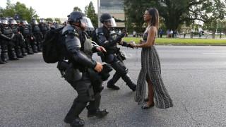 H γυναίκα-σύμβολο της Αμερικής που αντιστέκεται