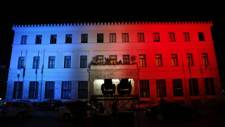 Στα χρώματα της «τρικολόρ» φωτίζεται το δημαρχείο της Αθήνας
