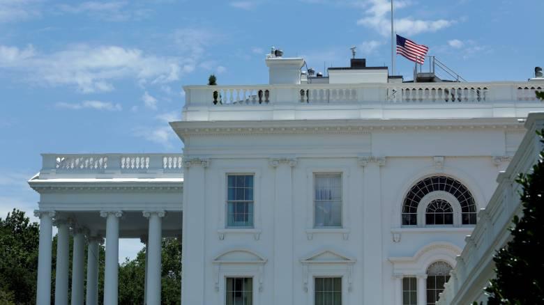 Με εντολή Ομπάμα μεσίστιες οι σημαίες στις ΗΠΑ