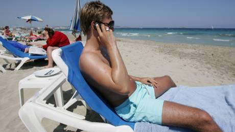 Κολλημένοι με το κινητό και όχι με την ξαπλώστρα οι τουρίστες