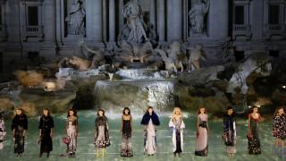 90 χρόνια κυριαρχίας στη μόδα: Ο Fendi γιορτάζει στη Φοντάνα ντι Τρέβι
