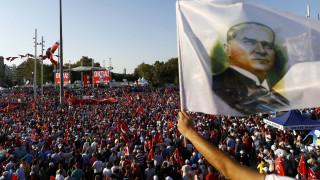 Διαδήλωση στην πλατεία Ταξίμ με σύνθημα «ούτε πραξικόπημα, ούτε δικτατορία»