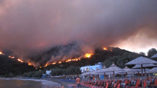 Ανεξέλεγκτη μαίνεται η φωτιά στη Χίο