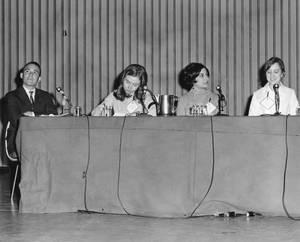 Η Χίλαρι με φοιτητές και ένα μέλος ΔΕΠ του Wellesley College σε πάνελ, 1968.
