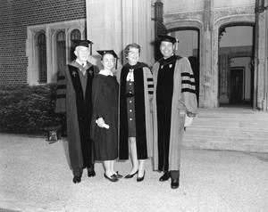 Η Χίλαρι στην αποφοίτηση με τη Ruth M. Adams, πρόεδρο του Wellesley και άλλους διακεκριμένους επισκέπτες, 1969