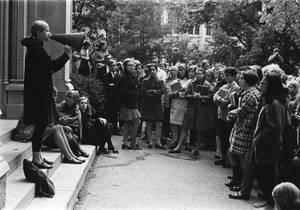 Η Χίλαρι (κέντρο) σε ένα φοιτητικό συλλαλητήριο στο πανεπιστήμιο Wellesley College, 8 Οκτωβρίου 1968.