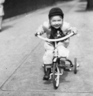 Ποδηλατάδα στο πατρικό της, μέσα της δεκαετίας του 50.