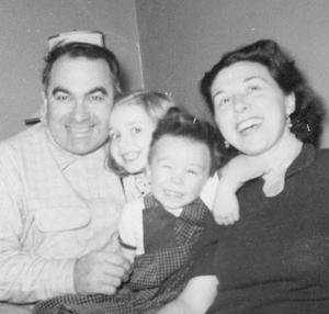 Η Χίλαρι Ρόνταμ με τον πατέρα της Χιού, τη μητέρα της Ντόροθι και τον αδελφό της Χιού Τζούνιορ.