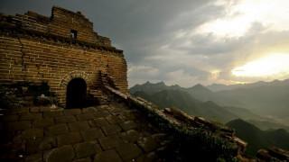 Τούβλο τούβλο καταστρέφεται το Σινικό Τείχος από βάνδαλους (vid+pics)