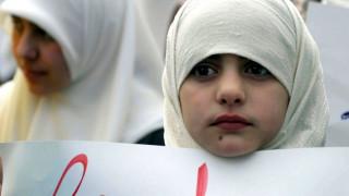 Άνδρες φορούν χιτζάμπ σε μια «καμπάνια» για το δικαίωμα των γυναικών να τις… βγάλουν