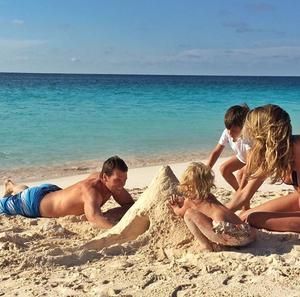 Gisele Bündchen, Τοm Brady και τα άλλα μέλη της φαμίλιας σε παραλία της Βραζιλίας.