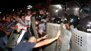 Αρμενία: ολονύκτιες συγκρούσεις με τραυματίες στο Γερεβάν (pics)