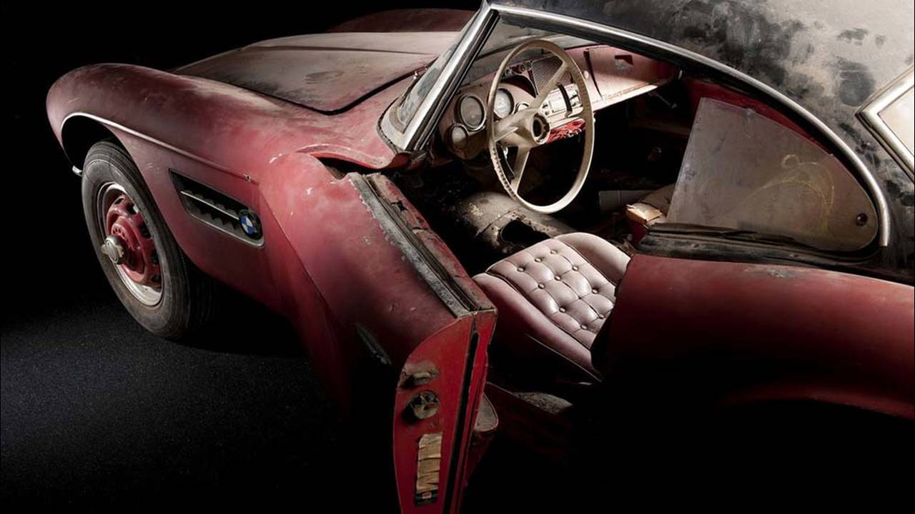 https://cdn.cnngreece.gr/media/news/2016/07/31/41234/photos/snapshot/1957-bmw-507-roadster-elvis-presley-21.jpg