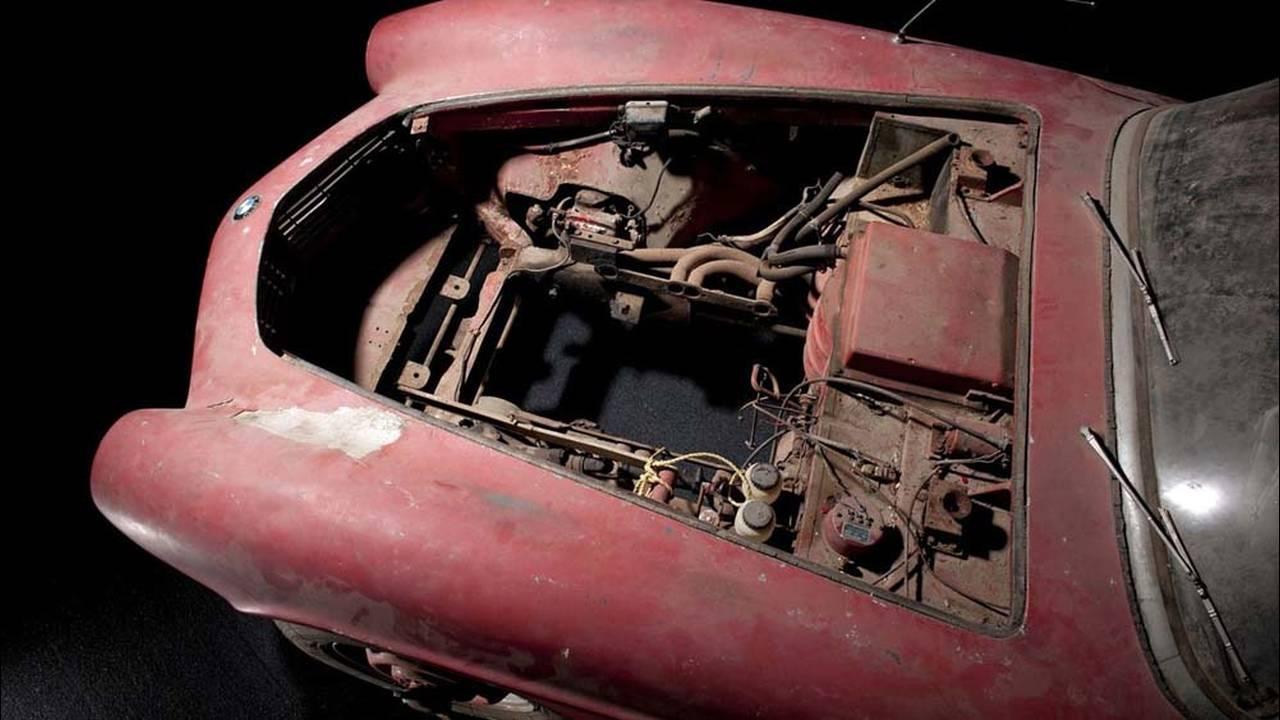 https://cdn.cnngreece.gr/media/news/2016/07/31/41234/photos/snapshot/1957-bmw-507-roadster-elvis-presley-24.jpg