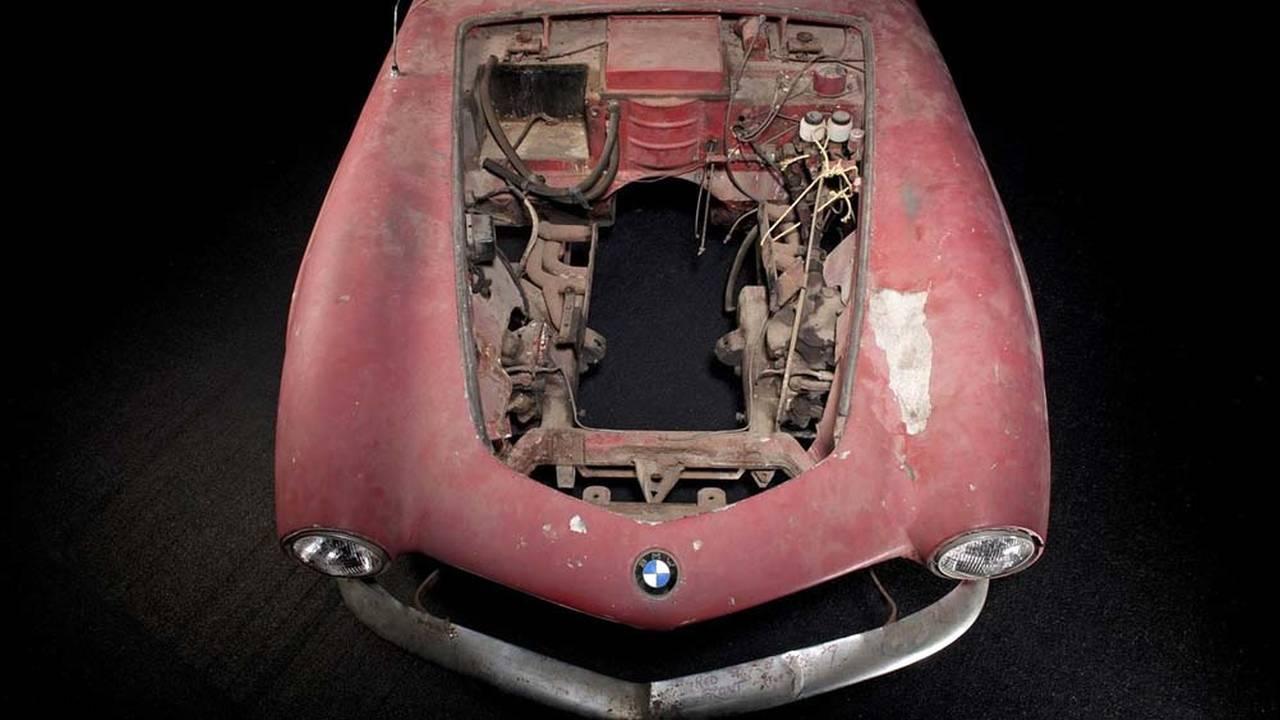 https://cdn.cnngreece.gr/media/news/2016/07/31/41234/photos/snapshot/1957-bmw-507-roadster-elvis-presley-25.jpg