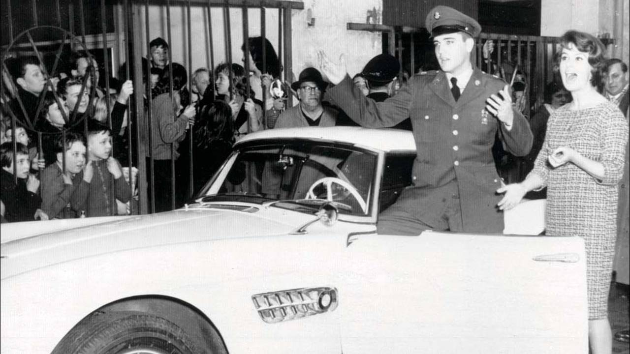 https://cdn.cnngreece.gr/media/news/2016/07/31/41234/photos/snapshot/1957-bmw-507-roadster-elvis-presley-74.jpg