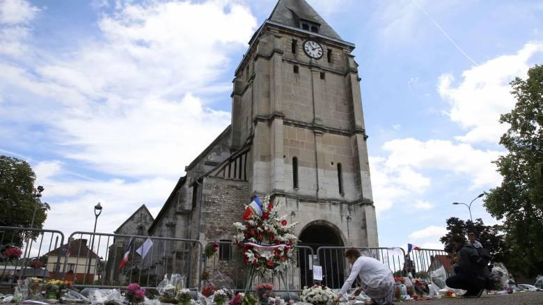 Χριστιανοί και μουσουλμάνοι ένωσαν τις προσευχές τους για τον ιερέα της Ρουέν